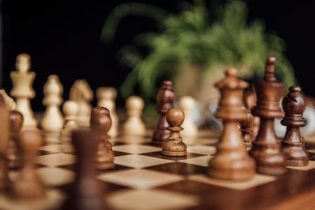 チェスの選択的なフォーカスを持つチェス ボードの設定 写真素材