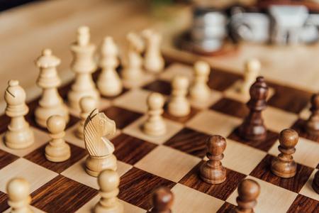 チェスはチェス盤に設定します。白いチェス馬図の選択と集中