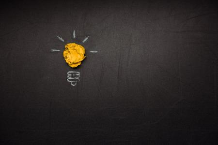 しわくちゃの紙製電球記号