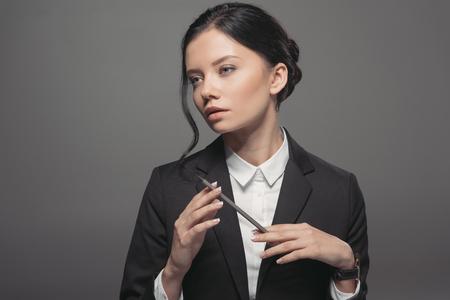doordachte Kaukasische zakenvrouw bedrijf potlood en wegkijken
