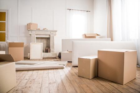 Fotolijst en kartonnen dozen in een lege kamer Stockfoto