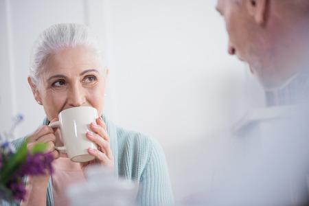 朝、自宅で朝食中にお茶を飲むカップル 写真素材 - 82838187