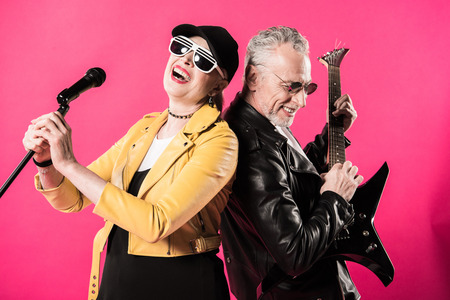 Vrolijk stijlvol senior paar rock en roll muzikanten uitvoeren Stockfoto - 82905350