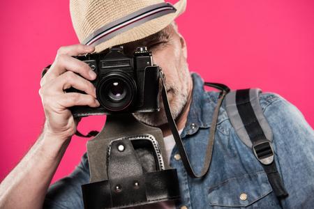 verduisterde mening van de mens die foto op retro fotocamera