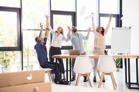 equipo de negocios celebrando el éxito juntos en la oficina