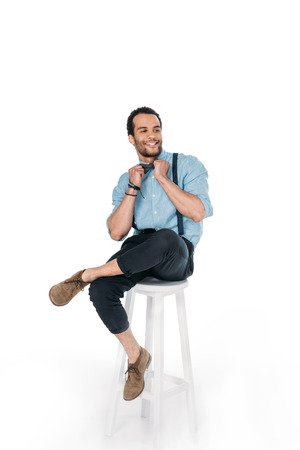 lachende Afro-Amerikaanse man die zich voordeed tijdens de vergadering op de stoel