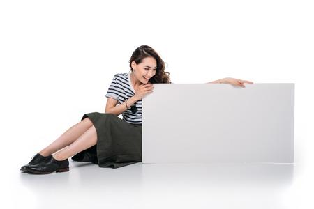 앉아서 빈 보드를 들고 아시아 여자 스톡 콘텐츠 - 83105896