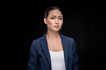カメラ目線正装の深刻な女性実業家の肖像画