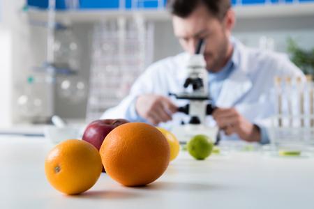 現代の生物学研究所での仕事中に科学者 写真素材