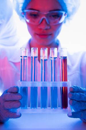 현대 생물학 실험실에서 작업하는 동안 과학자 스톡 콘텐츠