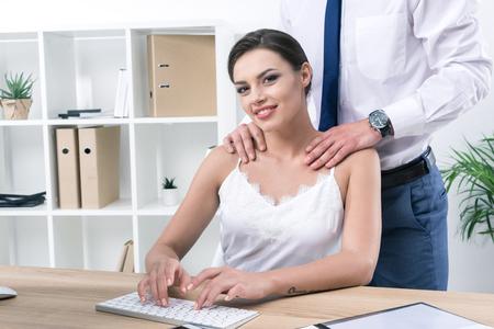 zakenman wat betreft de schouders van zijn mooie collega op het werk