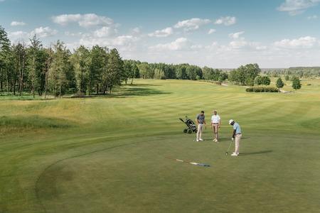 sporters golfen op groene fairway overdag