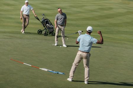 Afro-Amerikaanse golfer vieren van succes met zijn vrienden