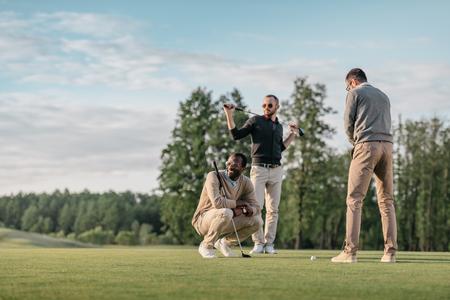 多文化共生の友人のゴルフコースでゴルフをしながら一緒に時間を過ごす 写真素材 - 83319592