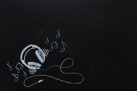 Kopfhörer mit Draht und Noten gezeichnet