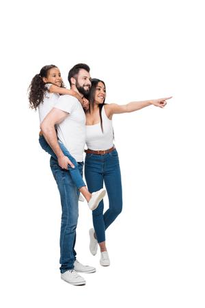 vrouw wijzen weg terwijl vader en dochter piggybacking