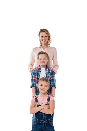 lachende moeder met kinderen poseren en kijken naar de camera Stockfoto