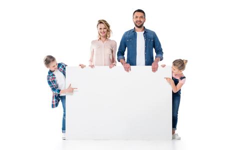 les enfants montrent une bannière blanche aux mains des parents