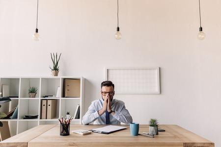 현대적인 사무실에서 테이블에 앉아 수염 난 사업가 스톡 콘텐츠