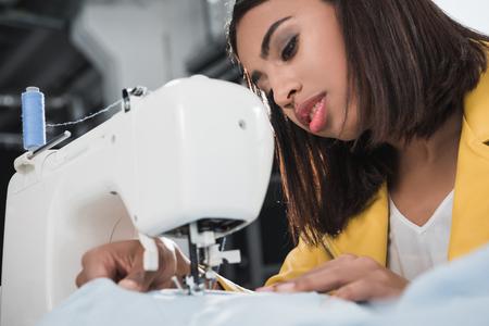 African american näherin arbeitet mit Nähmaschine Standard-Bild - 83755012