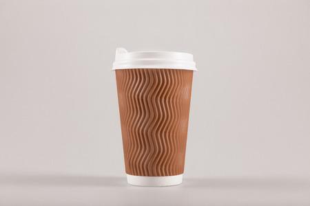 Karton Einweg-Kaffeetasse isoliert auf Beige, Kaffee zu gehen Konzept Standard-Bild - 83879408