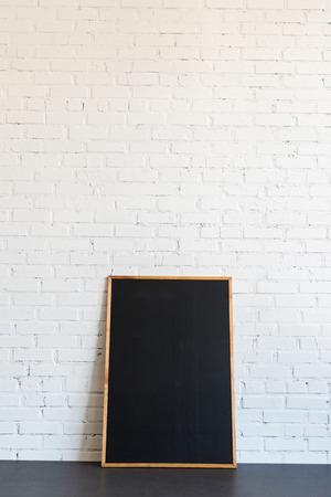 흰색 벽돌 벽에 나무 프레임 서에서 칠판 스톡 콘텐츠