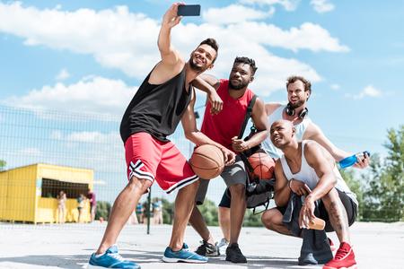basketbalspelers die selfie samen nemen Stockfoto