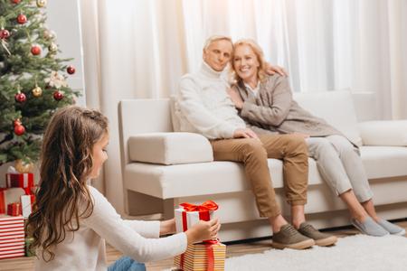 grootouders en kleindochter met geschenkdozen Stockfoto