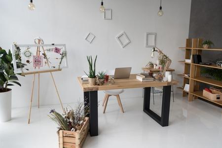 florist workplace with board, dry flowers and laptop Zdjęcie Seryjne