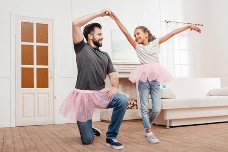 父と娘が家で踊るピンクのチュチュはチュール スカート