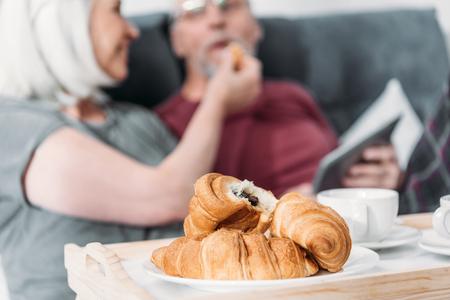 ベッドで一緒に朝食を持つ上級クーペ