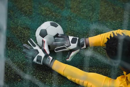 アフリカ系アメリカ人のゴールキーパー サッカー ボールをキャッチ