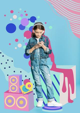 스마트 폰을 사용하는 헤드폰 소녀 스톡 콘텐츠
