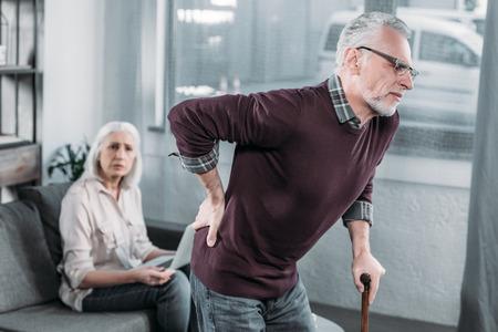 Un homme âgé souffrant de fortes douleurs dorsales Banque d'images - 84441119