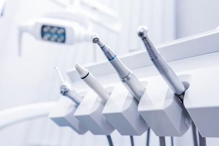 歯科医のオフィスで様々 な歯科用ドリル 写真素材