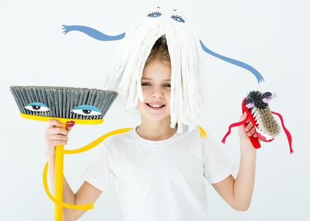 meisje met schoonmaakbenodigdheden Stockfoto