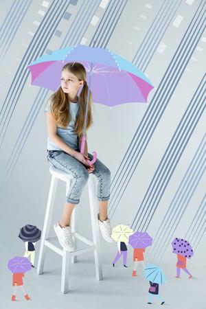 meisjeszitting met paraplu Stockfoto