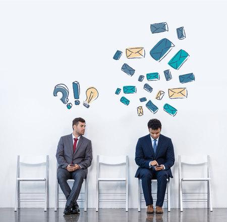 Hommes d'affaires assis sur des chaises Banque d'images - 84878880