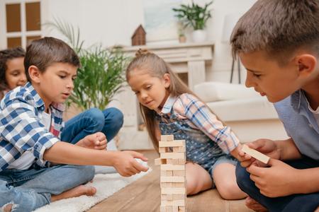 enfants jouant blocs de jeu de bois ensemble à la maison