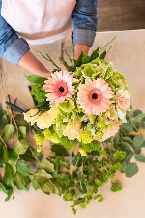 florist arranging beautiful fresh flowers in bouquet Zdjęcie Seryjne - 84978472