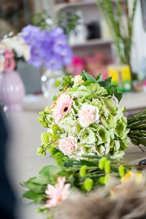 mooi bloemenboeket in bloemwinkel