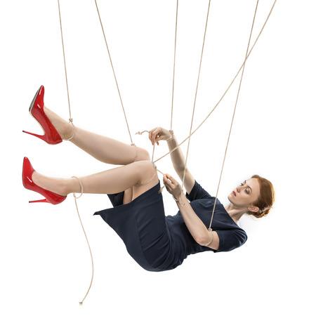 onderneemster die probeert te breken vrij terwijl het hangen bij het manipuleren van kabels