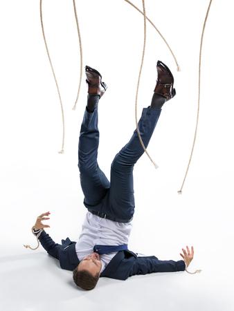 zakenman in pak uit het manipuleren van touwen