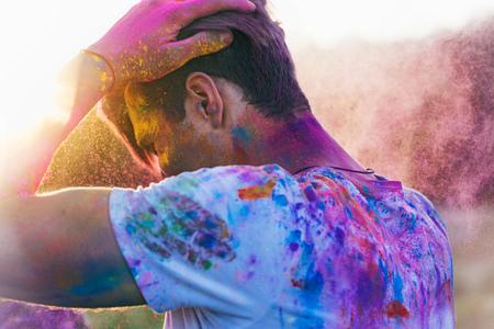 Homme caucasien avec de la poudre sur les vêtements pendant le festival holi Banque d'images - 84972071