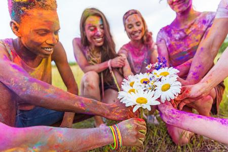 若い民族お友達とホーリー祭で鎮静を保持