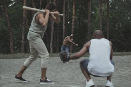 Jeunes hommes multiethniques jouant au baseball sur le terrain Banque d'images - 84992031