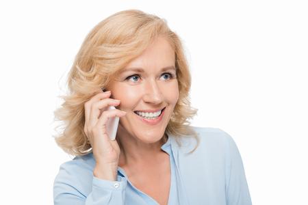 熟女電話で話す