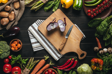 cutting board with onion and knife Фото со стока