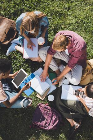 estudiantes multiétnicos estudiando juntos Foto de archivo