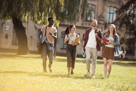 multiculturele studenten in park